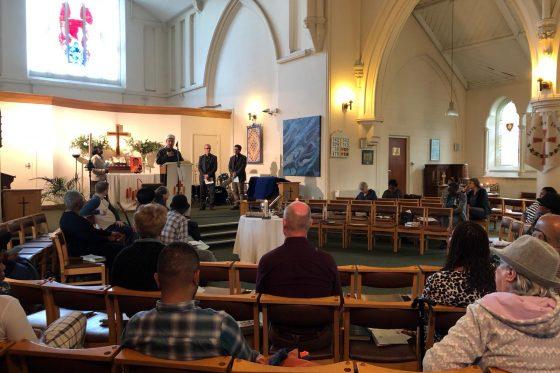 IGMG-Gemeinden haben Gottesdienste in Kirchen besucht und ihre Anteilnahme nach den Angriffen in Sri Lanka bekundet. | IGMG cemiyetleri kiliseleri ziyaret ederek, Sri Lanka'daki saldırılar sonrası taziyelerini bildirdiler.